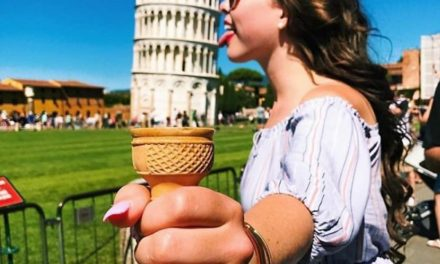 Pose-Pose yang Nggak Monoton Saat Berfoto di Menara Pisa